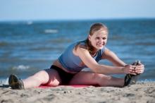 dreamstime mulher aquecimento praia