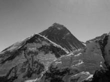 Monte Everest - foto cor - preto e branco